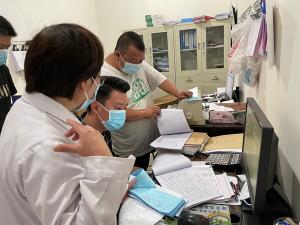 縣衛健局對縣醫院藥品采購與管理進行督導檢查
